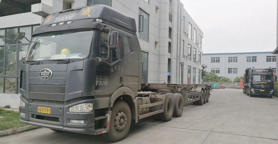 5、枕戈待旦的集装箱拖车.jpg